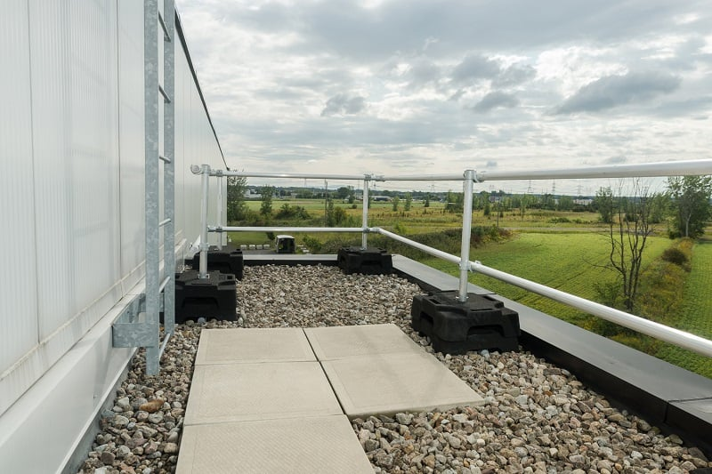 Roof safety railings: 6 reasons why you should not do it yourself.