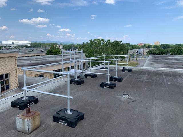 Garde-corps de toiture VSS Compact à la sortie d'une échelle d'accès
