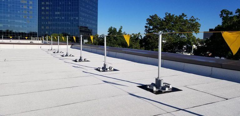 Un chemin de ligne de sécurité protégeant le rebord du toit