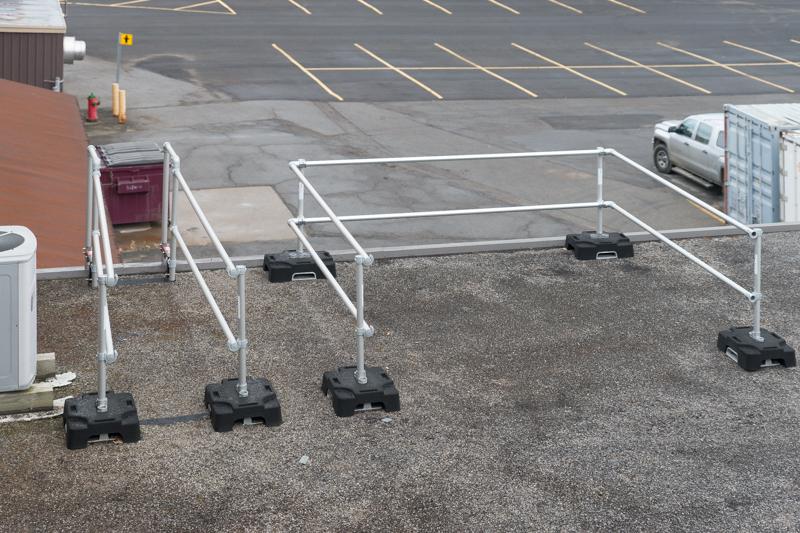 L'accès au toit durant le déneigement est plus sécuritaire avec le stabilisateur d'échelle